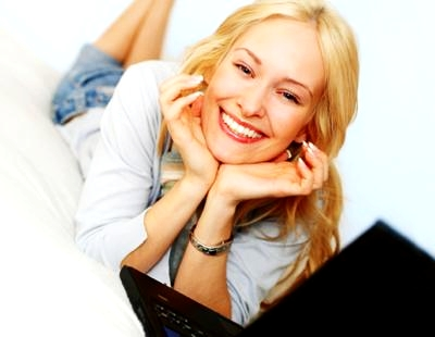 th_smiling-woman-on-computer